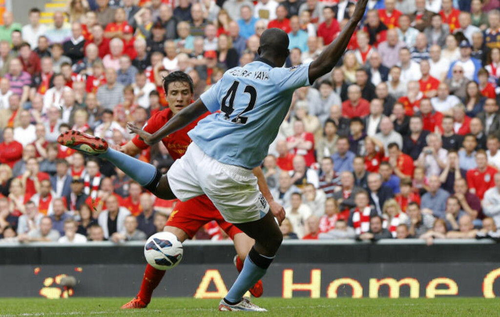 GAVEPAKKE 1: Martin Kelly dempet ballen for Yaya Toure, som enkelt satte inn 1-1. Foto: PHIL NOBLE / REUTERS / NTB SCANPIX