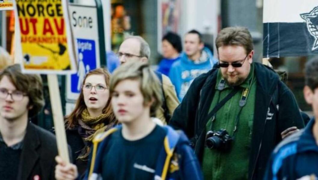 <strong>AKTIVE I TJEN FOLKET:</strong> I Nye SOS Rasisme var blant annet Kim Kopperud (midten) og Jan Erik Skretteberg (t.h.) aktive i Tjen Folket og dens ungdomsorganisasjon Revolusjonær Kommunistisk Ungdom (RKU). Her er de avbildet under en demonstrasjon i Oslo i 2010. Til venstre Mikkel Frostad som i likhet med Kopperud nå har meldt seg ut. Foto: Thomas Rasmus Skaug / Dagbladet