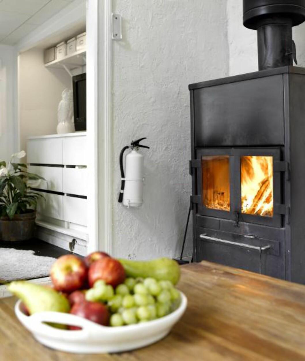 <strong>PEISKOS:</strong> Alt i denne stuen er malt hvitt, inkludert brannslukkingsapparatet. Henrcik maler det meste og endrer stadig uttrykket på interiøret sitt. Foto: Per Erik Jæger