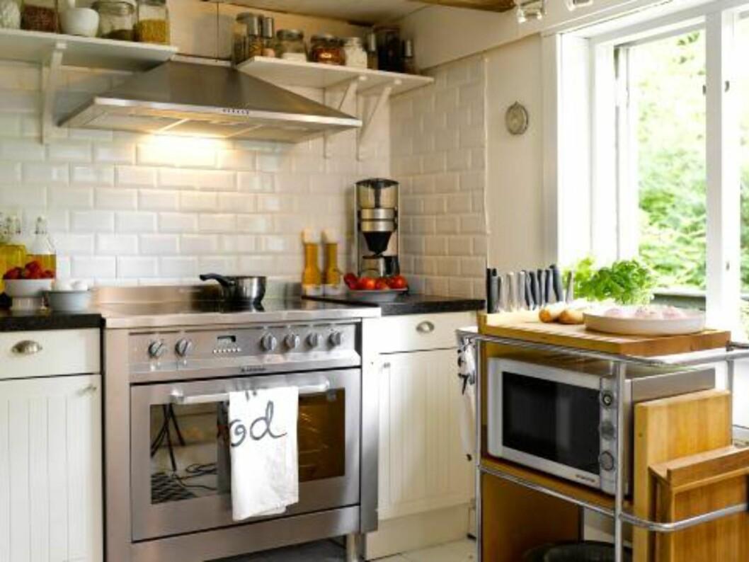 <strong>STOR TUMLEPLASS:</strong> Det luftige, hvite kjøkkenet har en stor komfyr som er beboerens store stolthet. Nye håndklær og småting skiftes stadig ut. Det landlige kjøkkenet er fra Ikea.  Foto: Per Erik Jæger