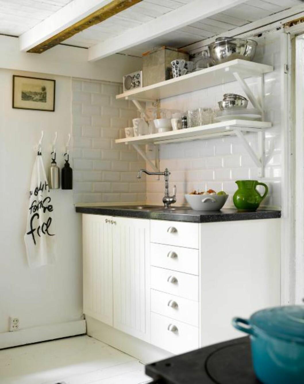 <strong>LANDLIG IDYLL:</strong> Det landlige kjøkkenet fra Ikea med åpne hyller passer perfekt på det fredelige, svenske torpet. Også her kan kopper og kar byttes ut for å endre uttrykket på kjøkkenet. Foto: Per Erik Jæger