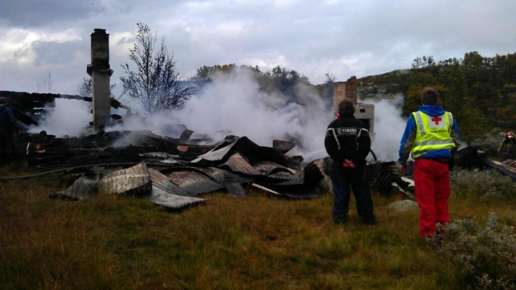 BRANT NED TIL GRUNNEN:  Da brannvesenet ankom stedet var hytta totalskadd. Foto: Stein Øyvind Bystrøm