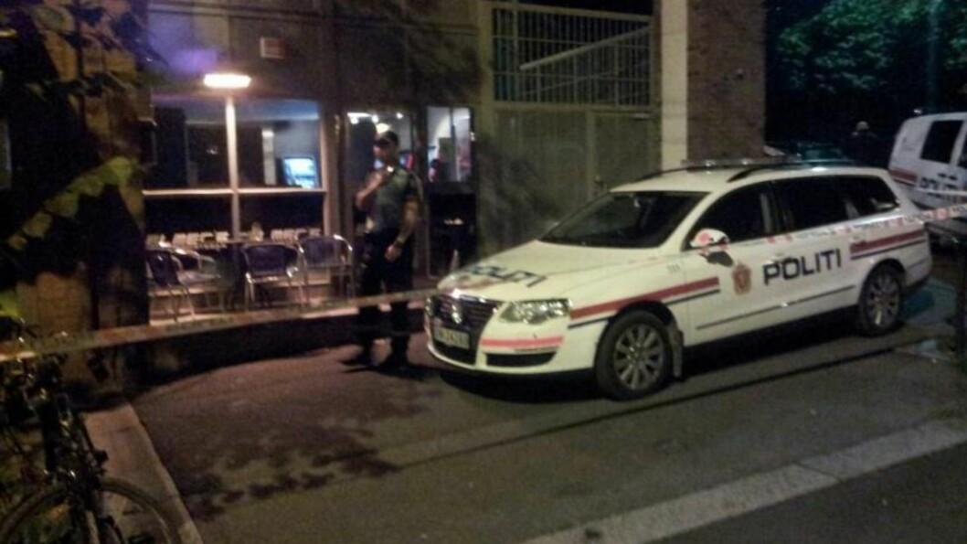 SKUDD AVFYRT: Politiet har sperret av området rundt utestedet. Foto: Fredrick Johnsen
