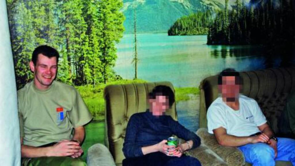 Lokale: Trond Bolle sammen med to lokale E14 agenter i huset E14 leide utenfor Skopje i Makedonia. Foto: Privat