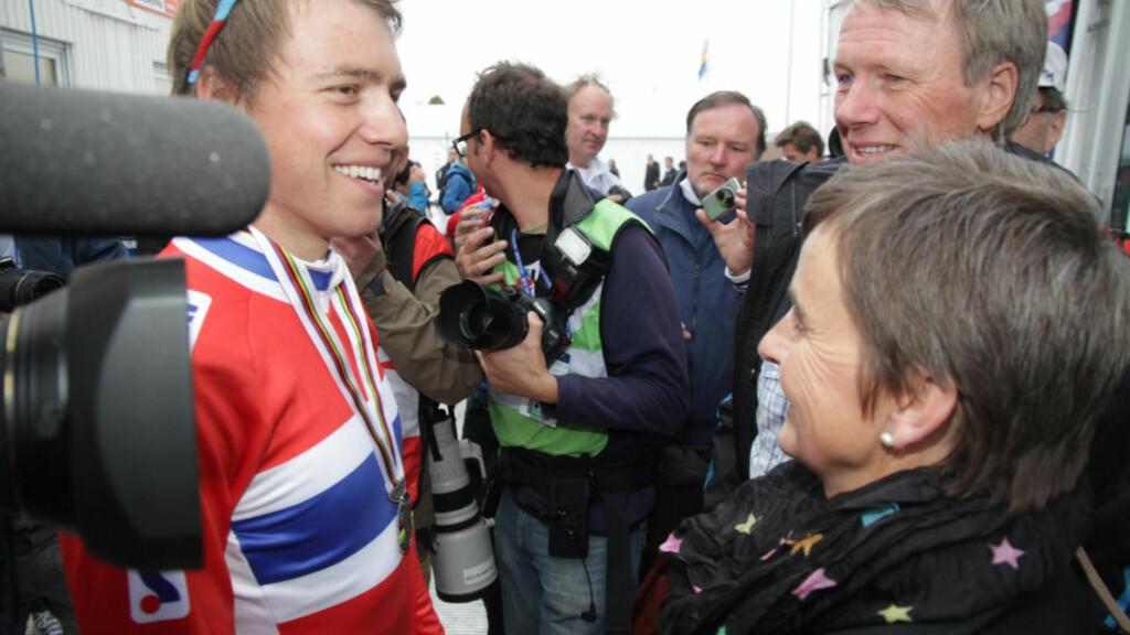 MELLOMFORNØYD: Edvald Boasson Hagen sier etter VM-sølvet at han gjerne skulle hatt gullet. Her møter han foreldrene etter målgang. Foto: Pål Marius Tingve / Dagbladet.