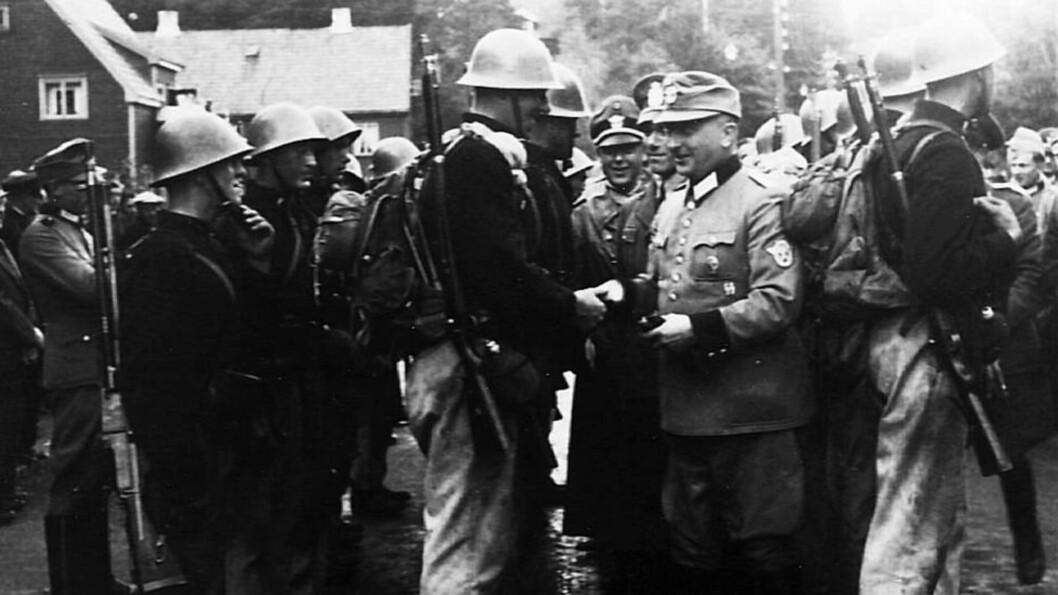 <strong>OPPLÆRING:</strong> Massemorderne får stor og hjertelig takk for opplæringen:  Unge norske politiaspiranter tar avskjed fra de tyske instruktørene sine etter grunnkurset på Kongsvinger.  Så mange som 600 av dem fortsatte i politiet etter krigen, går det fram av ny bok som kommer ut i dag.  Foto: Fra boka «Himmlers Norge»