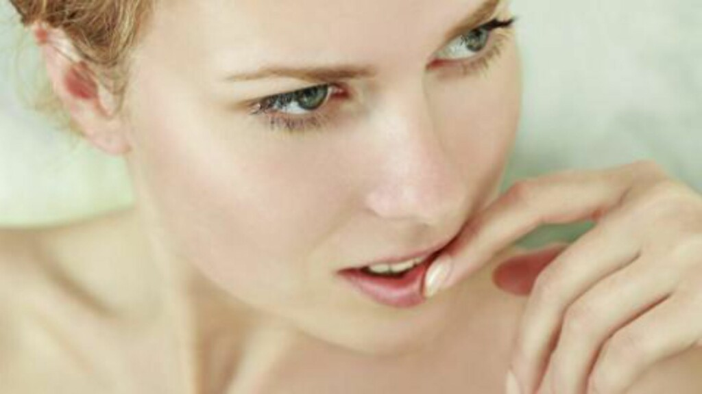 NEGLVBITING: Biter du negler, er det gjerne et tegn på at de er tørre, eller at du lider av vitaminmangel.  FOTO: Thinkstock