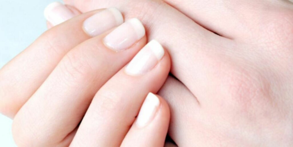SUNNHETSTEGN: En frisk negl skal ha en rosaaktig farge der den er i kontakt med neglesengen, overflaten skal være glatt og den skal være hard, men inneholde fuktighet slik at den ikke fliser seg.  FOTO: Thinkstock