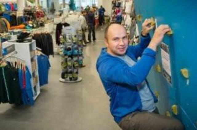 f001b155 ... HOLDER GREP: Stein Otto Ingebrigtsen på Friluftsbutikken. Foto: Ole  Åsheim