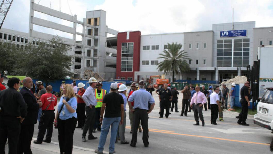 <strong>MINST ÉN OMKOMMET:</strong> Minst én person er omkommet og flere andre skal være fanget i ruinene etter at et parkeringshus kollapset i Miami. Foto: HECTOR GABINO / AP PHOTO / NTB SCANPIX