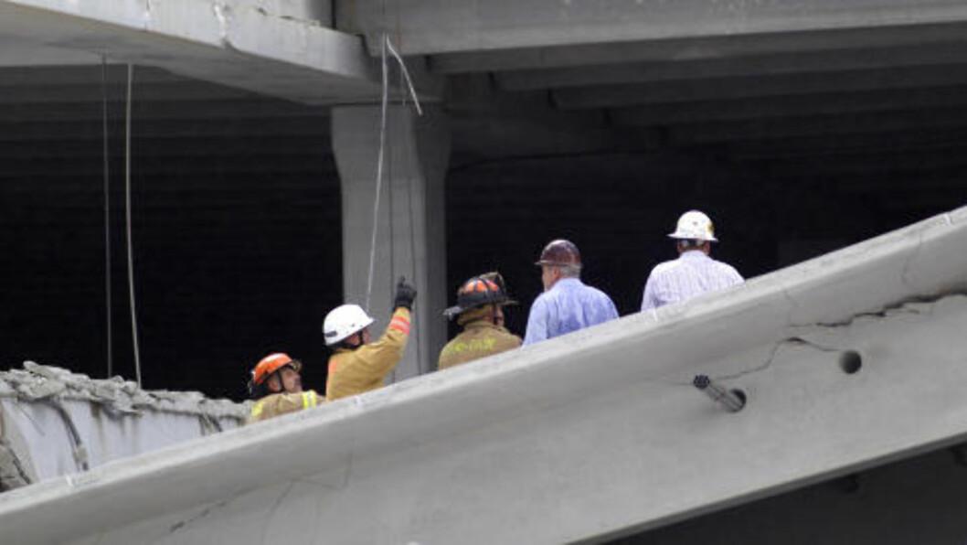 <strong>FLERE I BYGNINGEN:</strong> Det skal ha vært minst 30 personer inne i bygningen da den kollapset. Brannmenn og letemannskap jobber nå på spreng for å finne overlevende. Foto: J PAT CARTER / AP PHOTO / NTB SCANIX