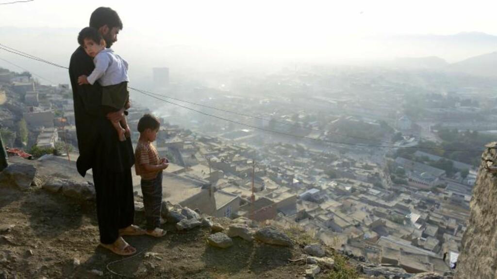 DÅRLIG FRAMTIDSUTSIKT: Anleggsarbeider Ahmad Tazim og sønnene Naim (5) og Karim (2) bor i fattigdom, med en evig kamp for det daglige brød. byen står foran et kolaps i byggeindustrien. For familien betyr det en uviss skjebne. Foto: NTB Scanpix /AFP PHOTO / ROBERTO SCHMIDT
