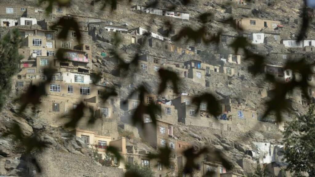 KLAMRER SEG TIL TILVÆRELSEN:  I fjellsiden utenfor Kabul klorer fattige innbyggere seg til tilværelsen. Foto: NTB Scanpix /AFP PHOTO / ROBERTO SCHMIDT