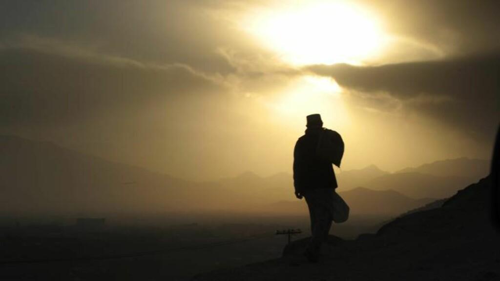 IKKE SORIA MORIA: Framtida er svært uviss for anleggarbeider Mohamed. De siste ti åra har fire millioner mennesker søkt mot Kabul for arbeid. Det økonomiske kollapset er varslet å ramme Kabul i nærmeste framtid. Foto: NTB Scanpix /AFP PHOTO / ROBERTO SCHMIDT