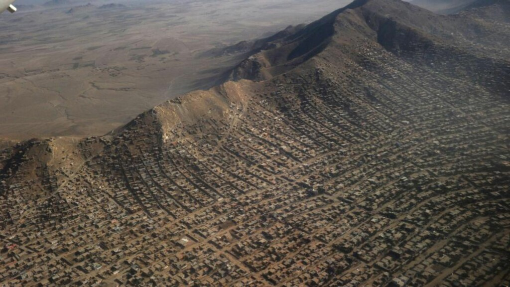 INGEN RIKMANNSÅS: I utkanten av Afghanistans hovedstad Kabul bor nærmere 1,5 millioner mennesker i fattigdom i denne fjellsiden. Deres framtidsutdikter er dystre. Foto: NTB Scanpix /AFP PHOTO / ROBERTO SCHMIDT