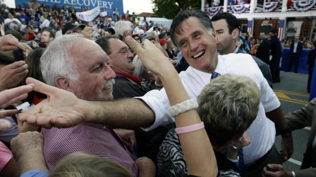 Strekker seg: Lørdag var presidentkandidat Mitt Romney i Lebanon, Ohio for å nå ut til viktige velgere i denne vippestaten. Foto: AP/Charles Dharapak