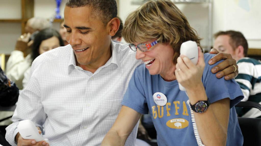 Ringerunde: President Barack Obama besøkte i går kampanjekontoret sitt i Williamsburg, Virginia. Dette er en av vippestatene der presidentkanidatene legger ned nesten alle sine ressurser for å vinne velgere. Her er han sammen med den frivillige støttespilleren Suzanne Stern. Foto: REUTERS/Jonathan Ernst