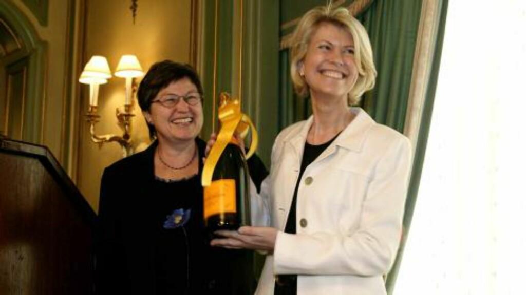 SUKSESSRIK: Hilde Midthjell ble i 2004 utnevnt til «Årets forretningskvinne». Prisen ble overrakt av Laila Dåvøy (t.v.). Foto: Berit Roald / SCANPIX