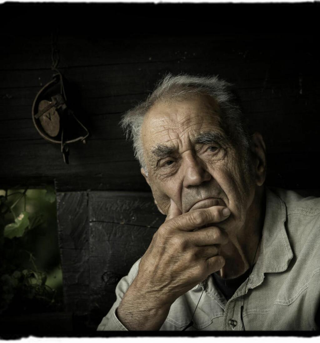 SENIORFOTOGRAFEN: Johan Brun fotografert hjemme i Lier August 2012. Brun har jobbet som pressefotograf i Dagbladet siden 1948. I denne serien forteller han historiene bak noen av hans mest kjente bilder. Foto: Jon Terje Hellgren Hansen