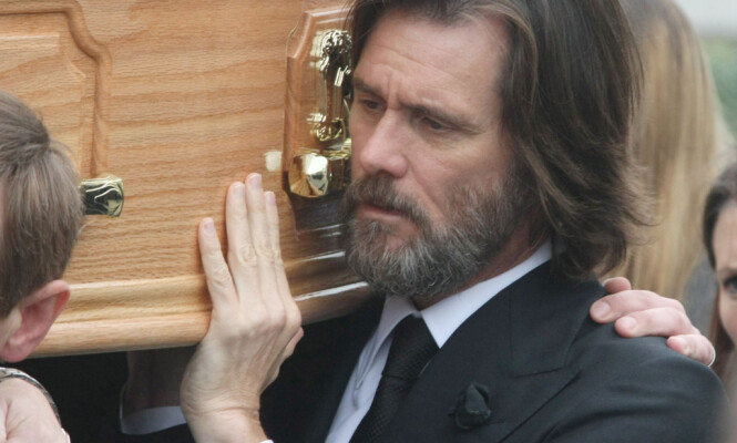 <strong>BAR KISTA OG SA FARVEL:</strong> Jim Carrey var tydelig preget av stundens alvor da han fulgte White på hennes siste reise i fjor høst. Foto: WENN.com , NTB scanpix