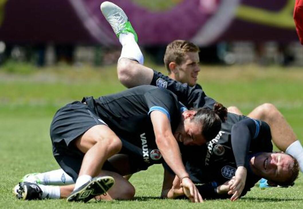 <strong>GOD STEMNING:</strong> Andy Carroll og Wayne Rooney lot seg ikke knekke av noen dårlige avslutninger. Foto:  AFP PHOTO/CARL DE SOUZA