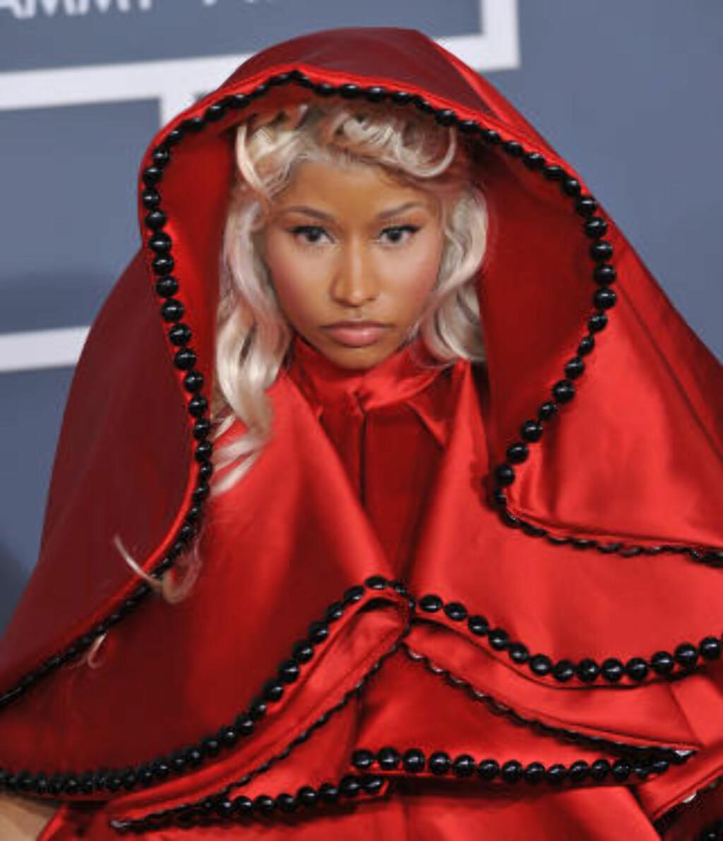 RØDHETTE: Da utkledningsglade Minaj ankom årets Grammy-utdeling iført dette kostymet, og med en pavekledd kavaler ved hennes side, skapte hun Twitter-storm. Foto: Stella Pictures