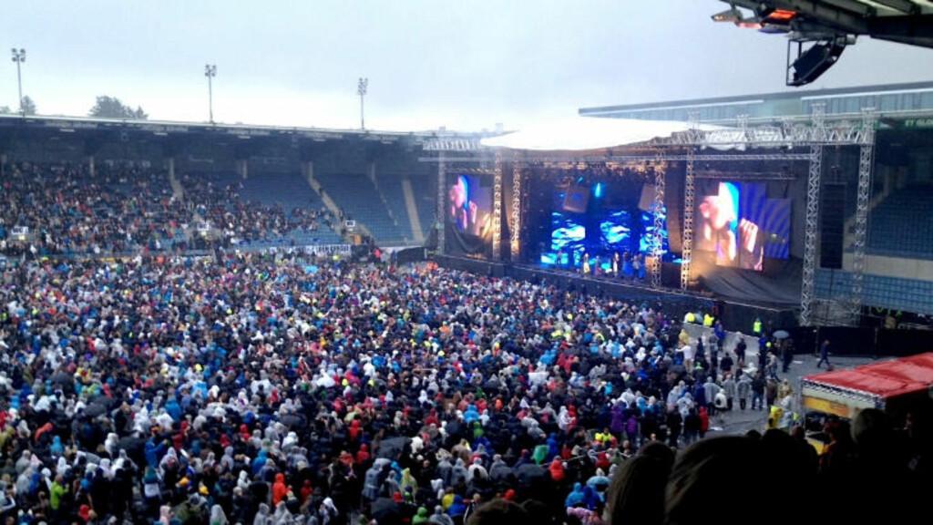 FOLKEHAV: Hele 25 000 møtte opp på Viking Stadion lørdag kveld for å få med seg Mods' gjenforeningskonsert. Konserten ble utsolgt allerede i februar. Foto: Mette Hodne / Privat