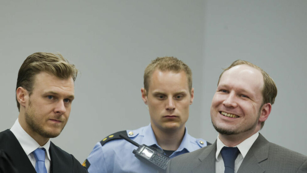 EMPATI? Anders Behring Breivik smiler når professor Ulrik Fredrik Malt forklarer seg i rettsal 250 fredag, i åttende uke i rettssaken. Foto: Heiki Junge / NTB Scanpix