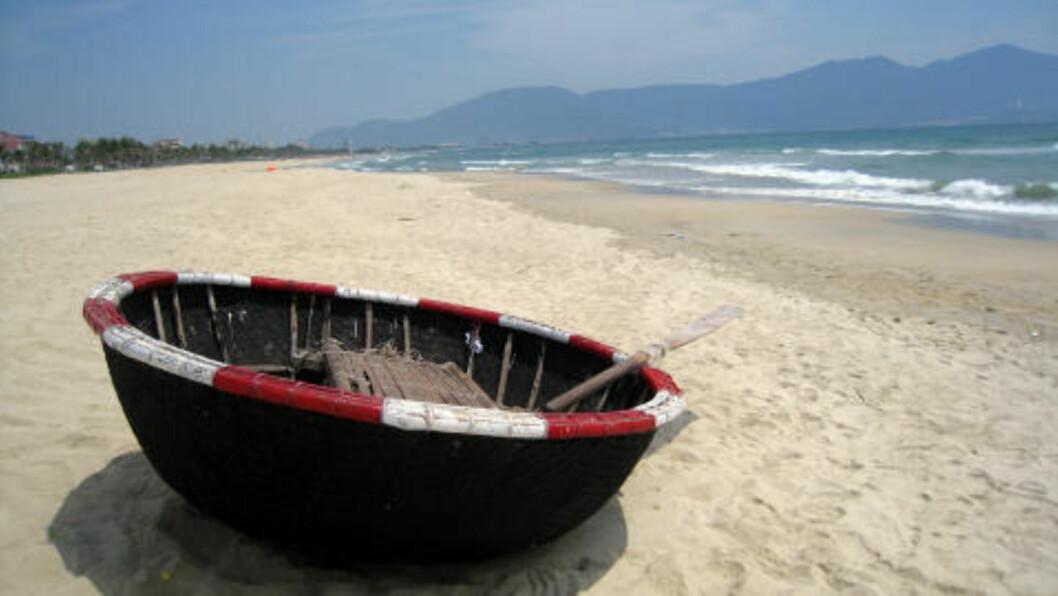 CHINA BEACH: Da Nang Beach, som amerikanerne kalte China Beach, er et par mil lang. Bortsett fra noen strandrestauranter og noen typiske bylyder i det fjerne, slipper du å bli forstyrret.  Foto: TORMOD BRENNA