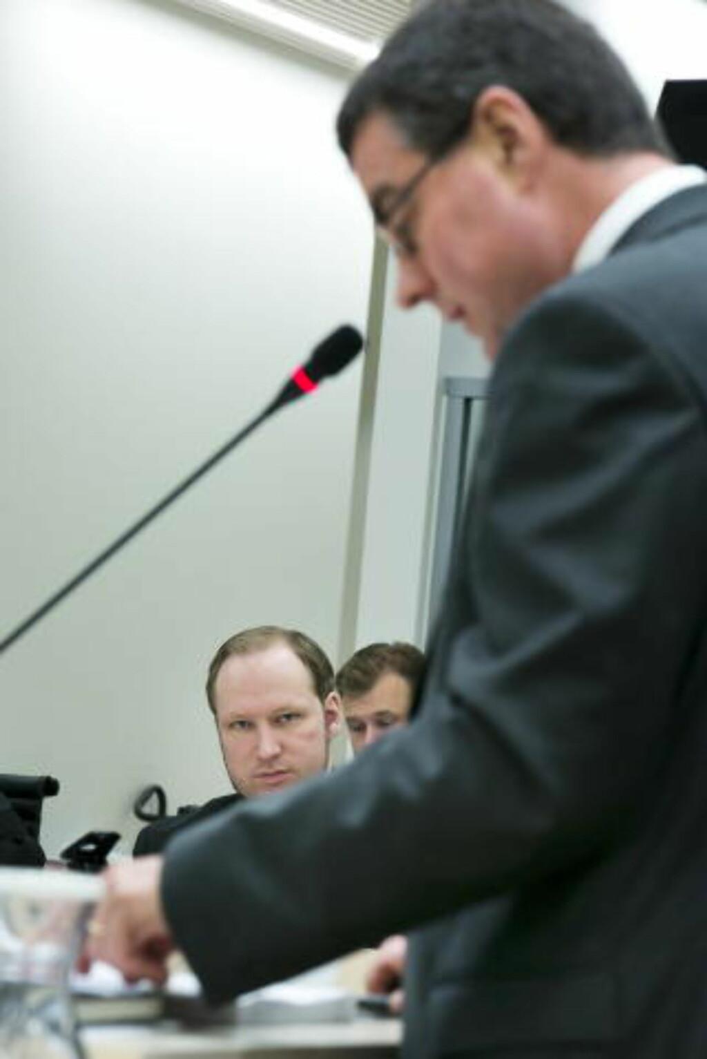 VITNER I DAG: Anders Behring Breivik lytter til rettspsykiaterne Terje Tørrissen og Agnar Aspaas som forklarer seg i rettssal 250 i dag. Foto: Heiko Junge / NTB scanpix