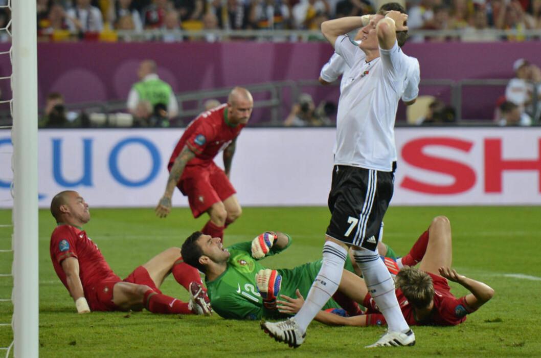<strong>IKKE PÅ TRYGG GRUNN:</strong> Bastian Schweinsteiger og Tyskland er ennå ikke sikret kvartfinalplass selv om laget har vunnet begge sine to første kamper. Foto: AP Photo/Martin Meissner/NTB scanpix