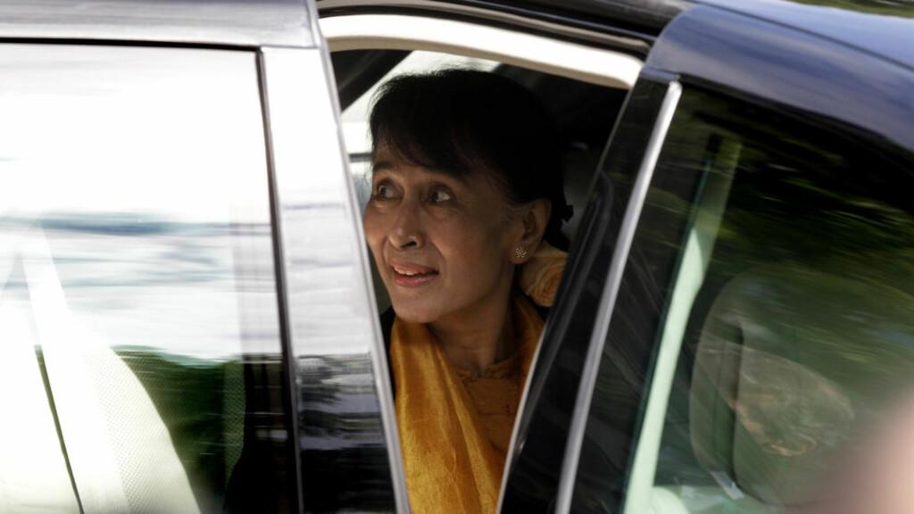 I BERGEN I ETTERMIDDAG:  Aung San Suu Kyi i bilen som kjørte henne til Gardermoen etter møtet med utenriksminister Jonas Gahr Støre tidligere i dag. Nå er hun på plass i Bergen. FOTO: Cathal McNaughton, REUTERS/NTB SCANPIX.
