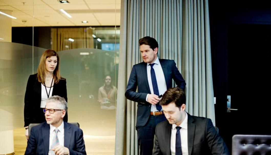 <strong>HAR SNUDD:</strong> Joachim Bernhardsen (foran t.h.) og Nordea Markets venter nå en tydelig heving av rentebanen. Foto: Iván Kverme
