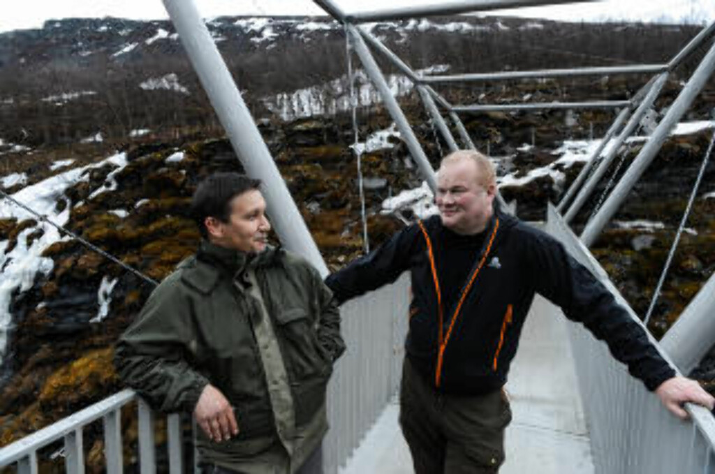 FLERE GJESTER: Næringskonsulent Einar Eriksen (t.v.) og ordfører Bjørn Inge Mo håper Gorsabrua skal trekke flere turister til Kåfjord. Foto: ROGER BRENDHAGEN