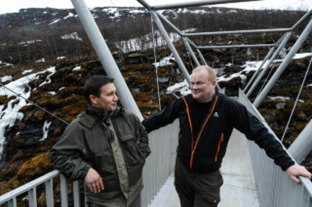 <strong>FLERE GJESTER:</strong> Næringskonsulent Einar Eriksen (t.v.) og ordfører Bjørn Inge Mo håper Gorsabrua skal trekke flere turister til Kåfjord. Foto: ROGER BRENDHAGEN