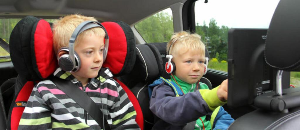 SKJERMTROLL: Seksåringene blir nærmest hypnotisert av kombinasjonen av stor skjerm og hodetelefoner, men obs: Noen blir lett bilsyke av det. Foto: PETTER HANDELAND