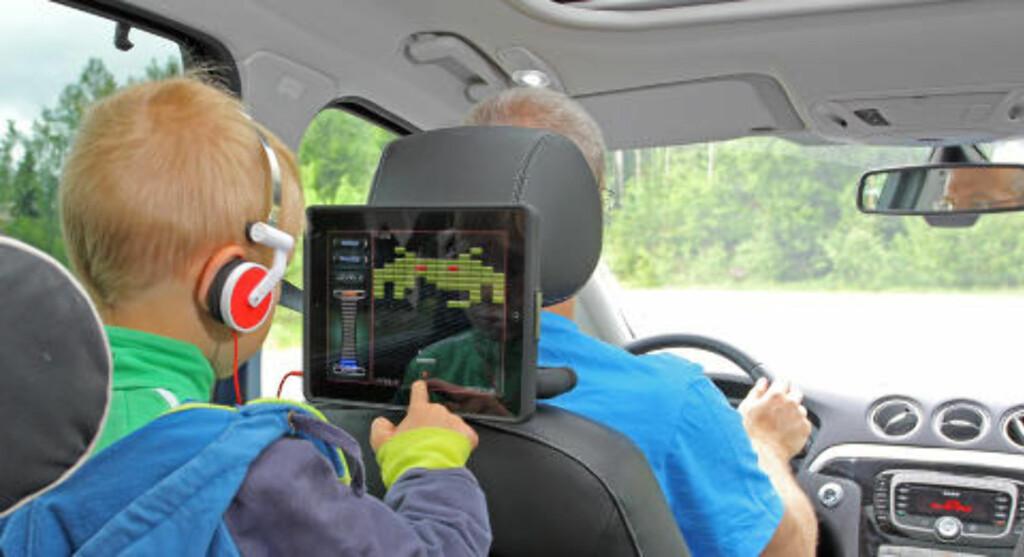 SPILL PÅ IPAD: De fleste festeløsningene plasserer Ipaden bak et av forsetene, da er det bare en av passasjerene som ser skjermen ordentlig godt. Foto: PETTER HANDELAND