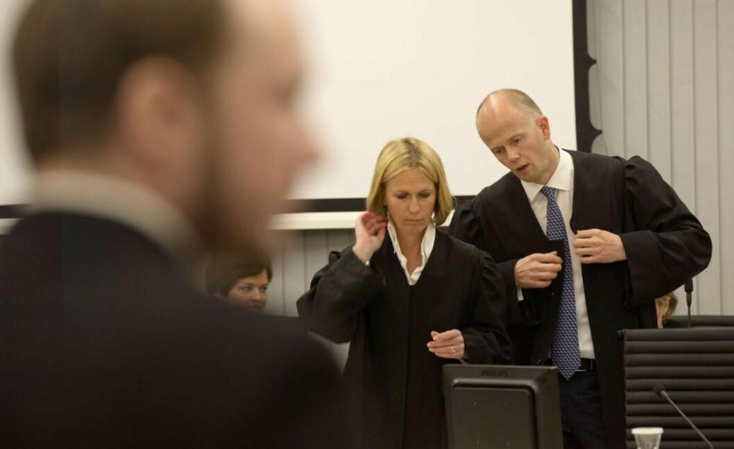 AKTORATET: Inga Bejer Engh og Svein Holden la i går ned påstand om tvungent psykisk helsevern for terroristen Anders Behring Breivik. Foto: AFP PHOTO / DANIEL SANNUM LAUTEN / Scanpix