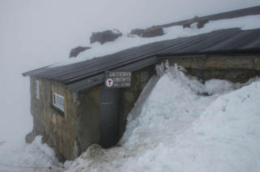 HYTTELIV: På toppen av Gaustatoppen har Den norske turistforeningen en hytte, som ifølge foreninga ble oppført allerede i 1893. Her kan du kjøpe deg noe å spise, og med ti sengeplasser kan du også overnatte om du booker på forhånd. Foto: ROGER BRENDHAGEN
