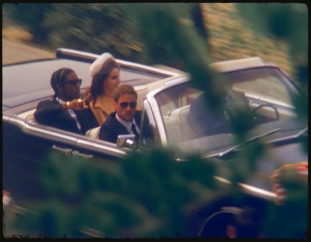 <strong>IKONISK BILSCENE:</strong> Lana Del Rey og hennes John F. Kennedy, spilt av rapperen A$AP Rocky, har her gjenskapt scena hvor presidenten ble skutt og drept i 1963. Foto: Faksimile «National Anthem» / YouTube