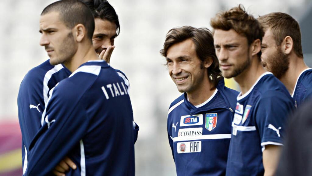 HENGES UT: Andrea Pirlo tuller med lagkameratene på det italienske landslaget. «Det er liksom lov å snakke nedlatende om italienere. Drillo sitter i TV-studio og velter ut avsky mot de dyktige italienske fotballspillerne,» skriver artikkelforfatteren. Foto: Anne-Christine Poujoulat / AFP / NTB scanpix