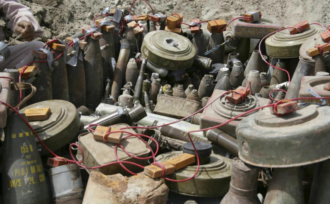 KNYTTES TIL AL-QAIDA:  Islamister med tilknytning til terrororganisasjonen al-Qaida påstås å stå bak mye av utsettingen av miner. Her et stort parti beslaglagte eksplosiver som rigges for tilintetgjøring. Foto: REUTERS
