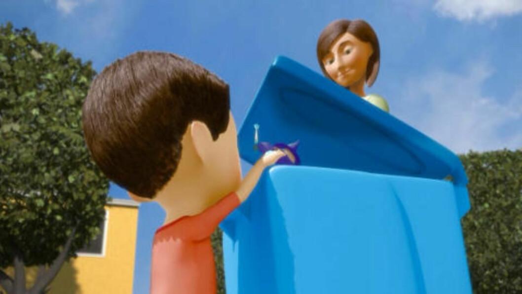 <strong>BLIR KASTET:</strong>  Gutten og moren kaster trollmannsleken i søpla. Foto: Skjermdump fra filmen