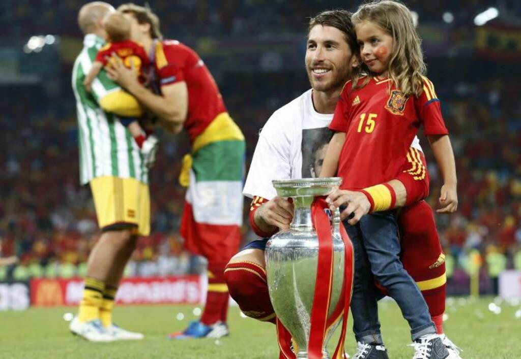 VISTE FRAM BARNA: Sergio Ramos poserer med pokalen og datteren. I bakgrunnen Pepe Reina og Fernando Llorente. Foto:    REUTERS/Alessandro Bianchi