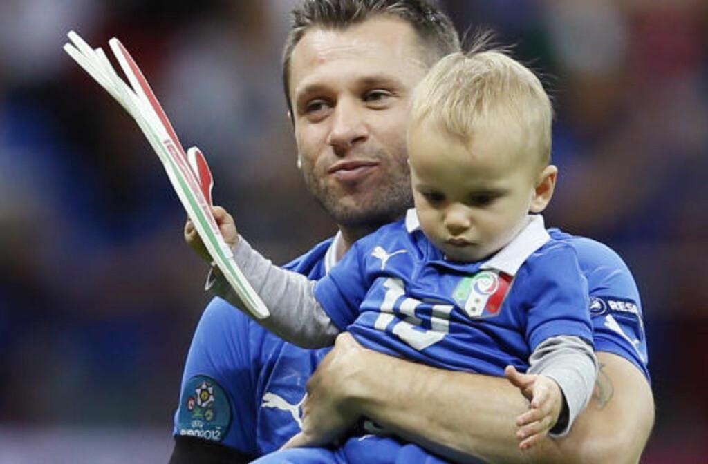 MED SØNNEN: Antonio Cassano og lille Christopher. Foto: (AP Photo/Frank Augstein)