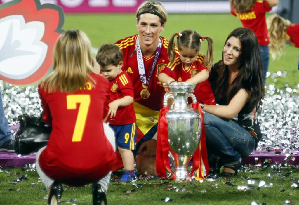 CHEESE: Fernando Torres var stolt som en hane etter at Spania vant EM-gull søndag. Med på feiringen hadde han kona Olalla og barna Leo og Nora. Foto: REUTERS/Kai Pfaffenbach