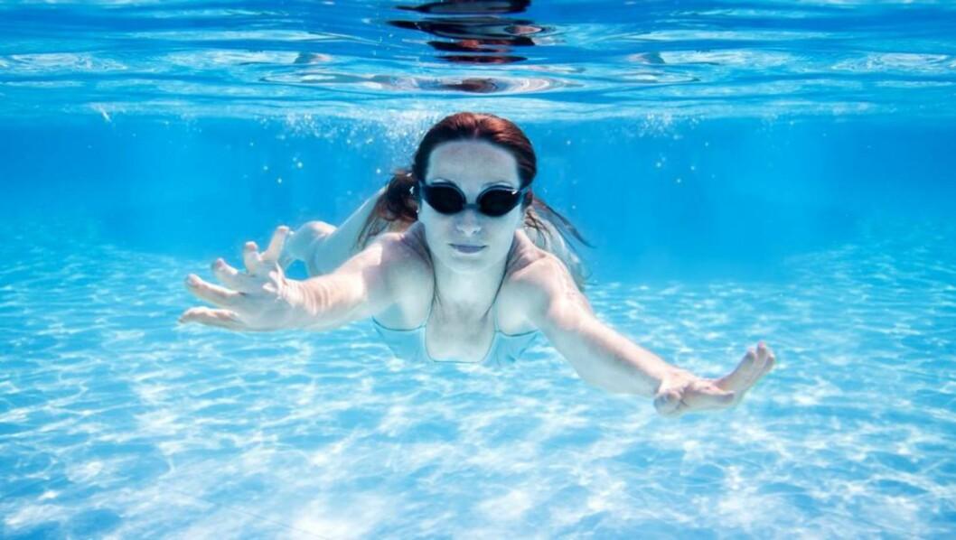 BADETUR MED MAT: Det er først hvis du legger ut på langtur at det blir farlig å svømme rett etter måltidet. Illustrasjonsfoto: Colourbox.no