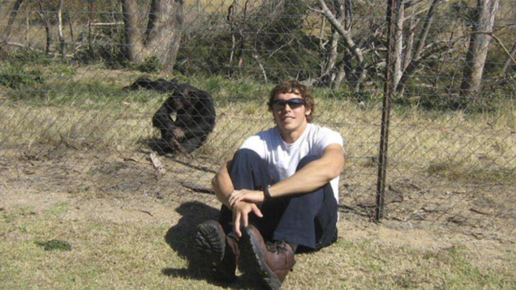 <strong>STUDERTE:</strong> Dette udaterte bildet viser Andrew Oberle ved en sjimpanse. For nesten en uke siden ble han angrepet og skamfert av to store hannsjimpanser på instituttet han studerte på i Sør-Afrika. Foto: AP Photo/HelpAndrewOberle/NTBScanpix