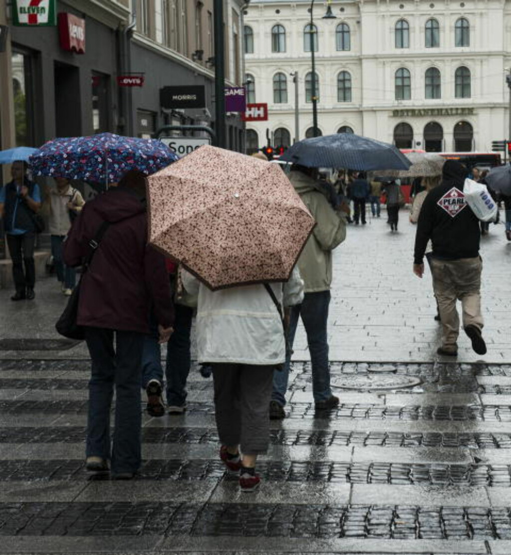 DRITTVÆR: Det er lite som minner om at det er sommer i Oslos paradegate Karl Johan. Dette bildet er fra i går. Foto:  Foto: Aleksander Andersen / NTB scanpix