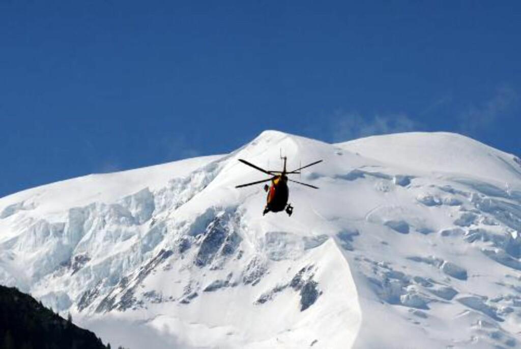 SEKS OMKOMMET: Minst seks personer er omkommet etter et snøskred i Chamonix i Frankrike. Foto: AFP PHOTO JEAN-PIERRE CLATOT